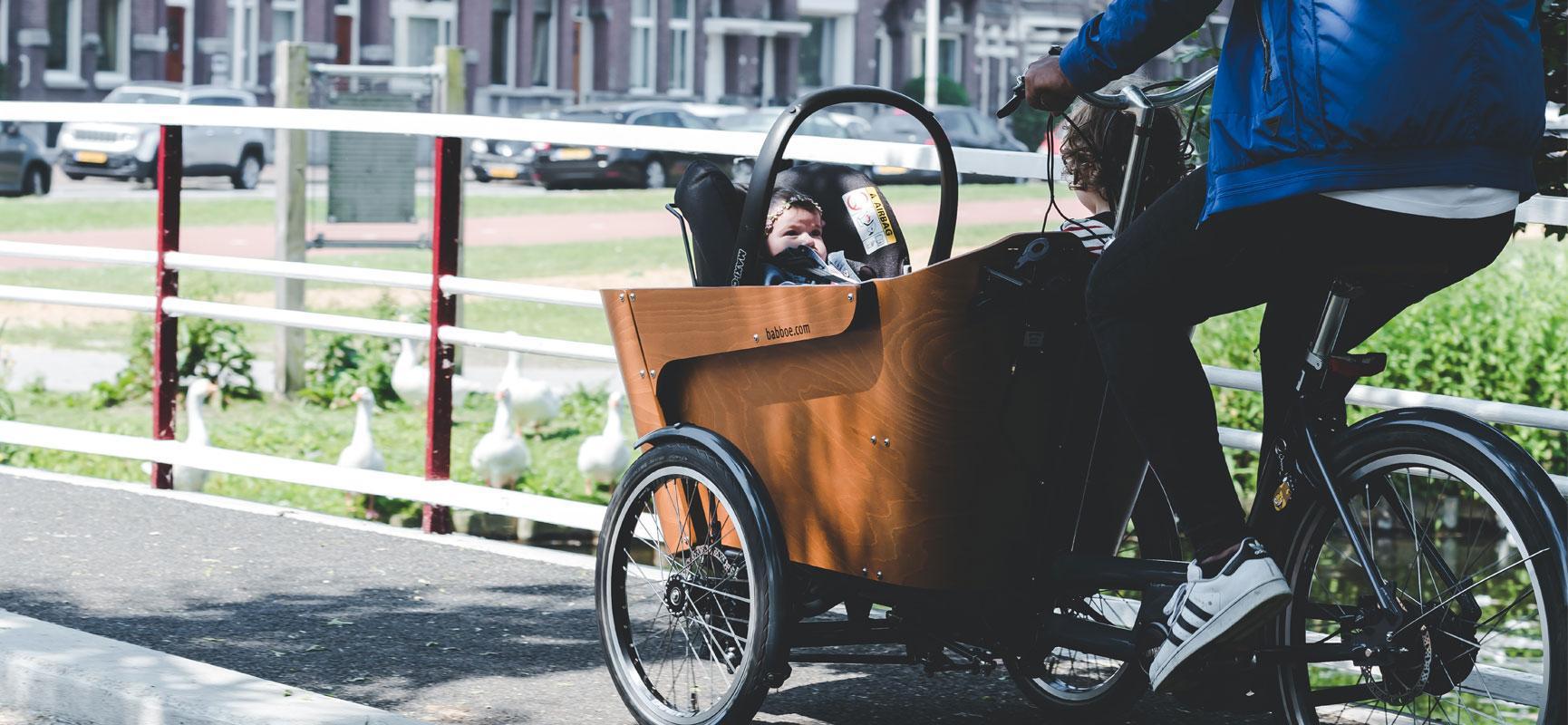 Vanaf wanneer kan ik fietsen met mijn baby?